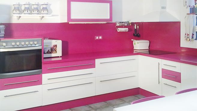 Cocina rosa y blanco brillo muebles a medida armarios for Cocinas rosas y blancas