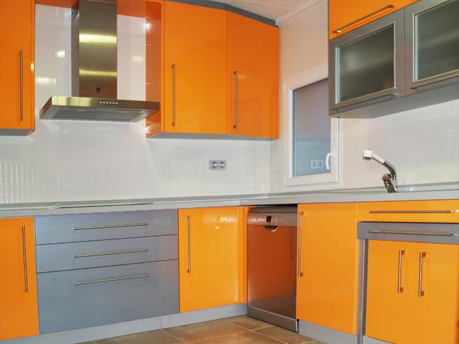 Cocina naranja y aluminio brillo
