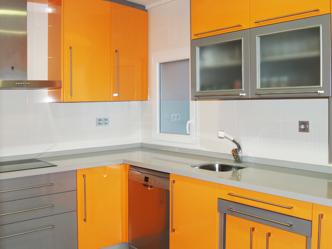 Cocina naranja y aluminio brillo muebles a medida - Cocina blanca y naranja ...