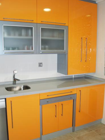 Cocina naranja y aluminio brillo muebles a medida - Mesa extraible cocina ...